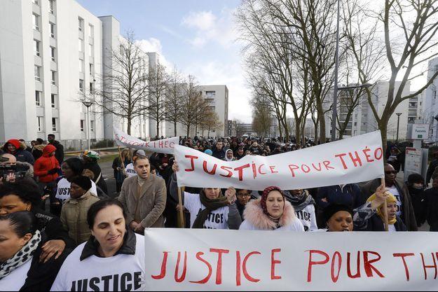 """Des habitants d'Aulnay-sous-bois sont descendus dans la rue pour demander """"Justice pour Théo""""."""