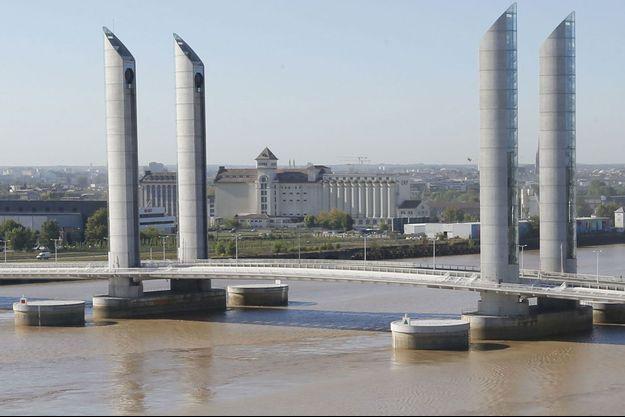 Une des piles du pont Chaban-Delmas a été heurté par un bateau lundi, à Bordeaux.