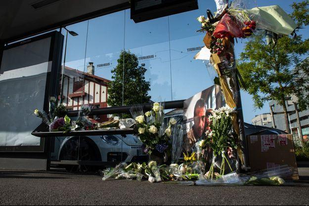 Des fleurs déposées en l'honneur de Philippe Monguillot à un arrêt de bus, à Bayonne.