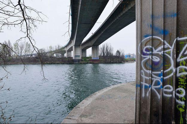 Une adolescente de 14 ans a été retrouvée morte noyée lundi après avoir été battue et jetée dans la Seine à Argenteuil (Val-d'Oise) par deux lycéens, âgés de 15 ans.