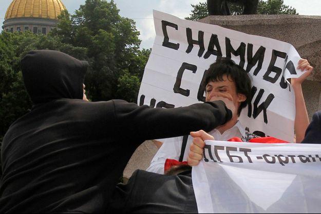 Un homme frappe un militant de la cause gay lors de la Gay pride (non autorisée) de Saint-Pétersbourg, en juin 2011.