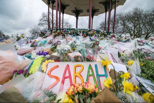 Des fleurs déposées en hommage à Sarah Everard.
