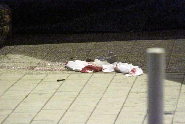 Du sang jonche le bitume de l'avenue Pedro de Luna, à Montpellier.
