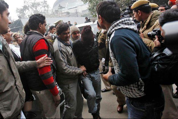 Un des hommes accusés du viol de la touriste danoise sortant du tribunal de New Delhi ce jeudi.