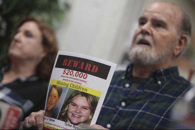 Le grand-père de JJ et Tylee, promettant une récompense afin de faire avancer l'enquête, en janvier 2020.