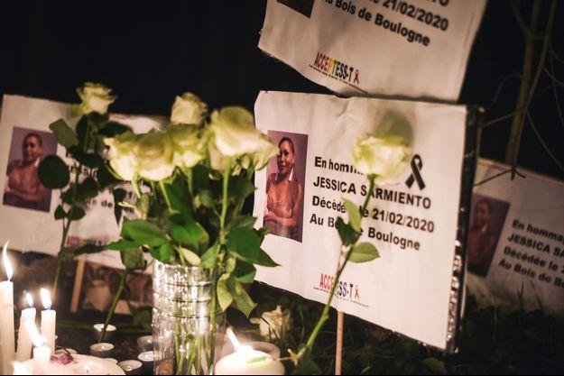 Bougies, roses et portraits de Jessyca Sarmiento lors d'hommages sur les lieux du drame.