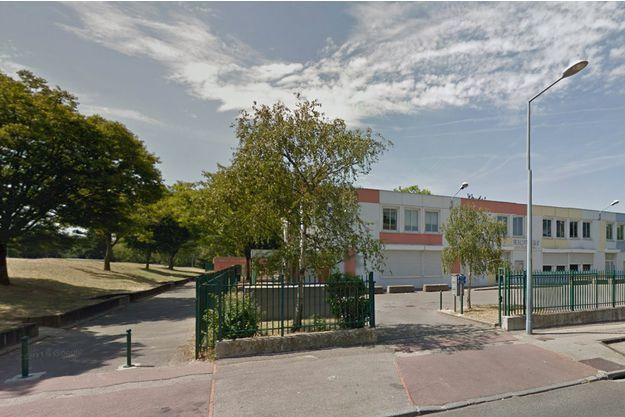 'entrée du groupe scolaire Anatole-France, à Vénissieux.