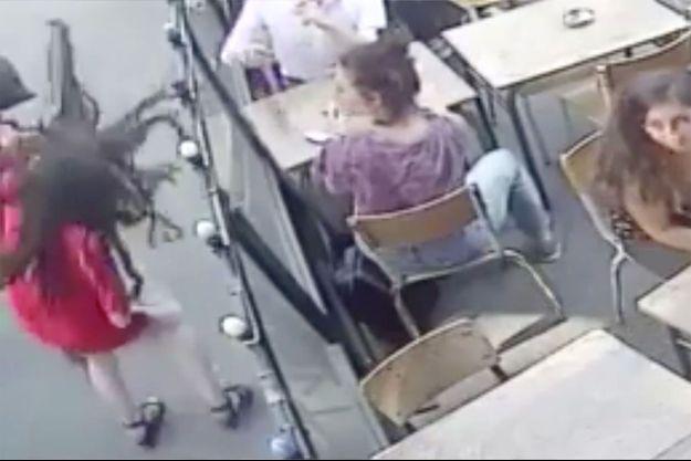 Capture d'écran de la vidéo diffusée sur Facebook par Marie, victime d'une agression en pleine rue.
