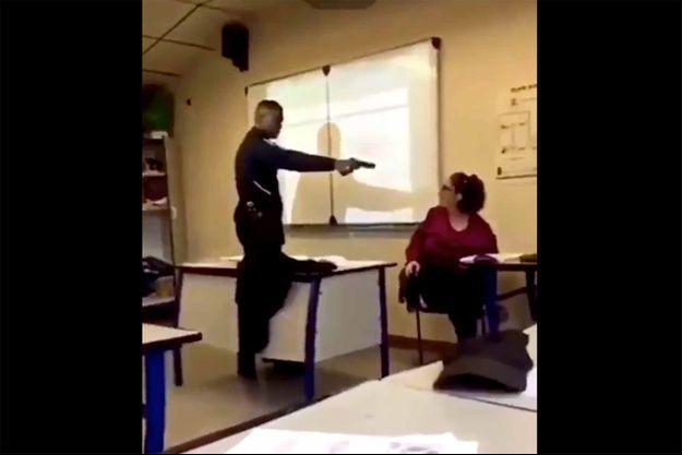 Dans un lycée de Créteil, un élève a menacé sa professeure avec un pistolet.