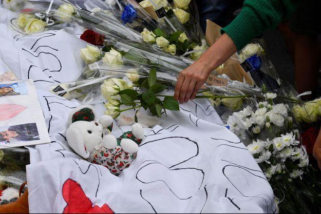 Des fleurs, peluches et dessins pour les deux garçons fauchés, dimanche, à Lorient.