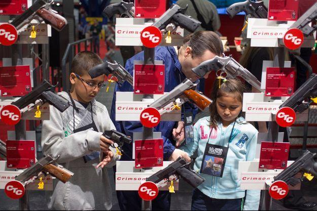 Des enfants essaient des armes lors de la convention annuelle de la NRA, le 4 mai dernier, à Houston (Texas).