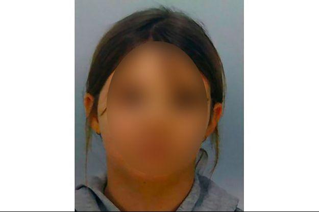 Le procureur, mercredi 14 avril, tient en conférence de presse une photo de la petite Mia, qui n'a toujours pas été retrouvée.