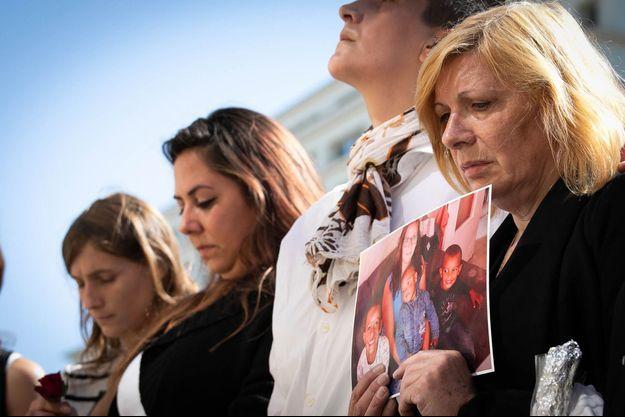 La mère de Johanna tient une photo de sa fille et de ses trois petits-enfants, le 18 septembre 2019 au Havre.