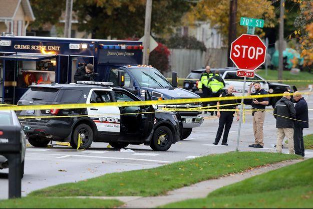 Les enquêteurs à Urbandale (Iowa), où l'un des policiers a été tué dans la nuit de mardi à mercredi.