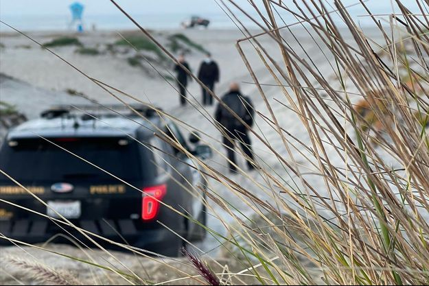 La police sur la plage où a été attaquée la victime.