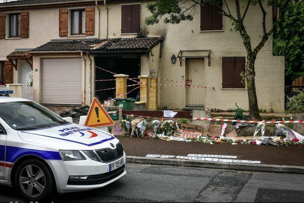 Des fleurs déposées devant le domicile de Chahinez, tuée et brûlée par son compagnon.
