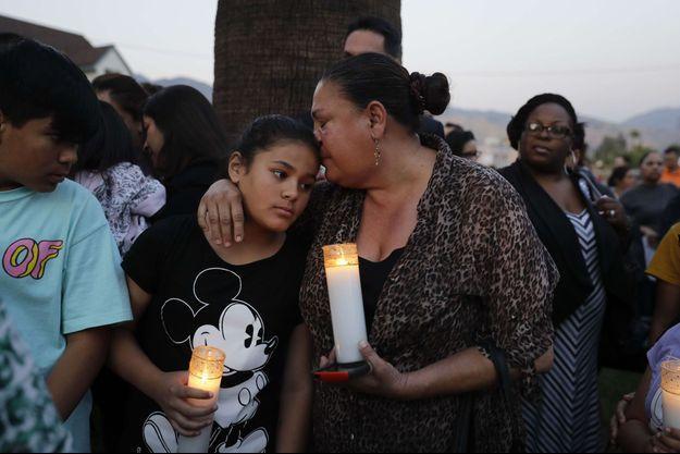 Des proches des victimes leur rendent hommage quelques heures après la tragédie.