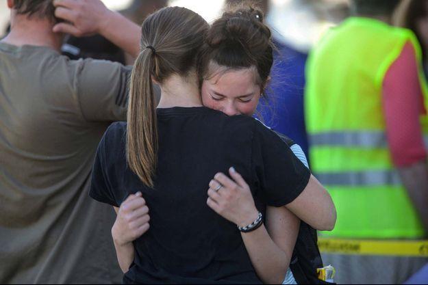 Deux élèves se soutiennent après la fusillade survenue dans leur établissement scolaire.