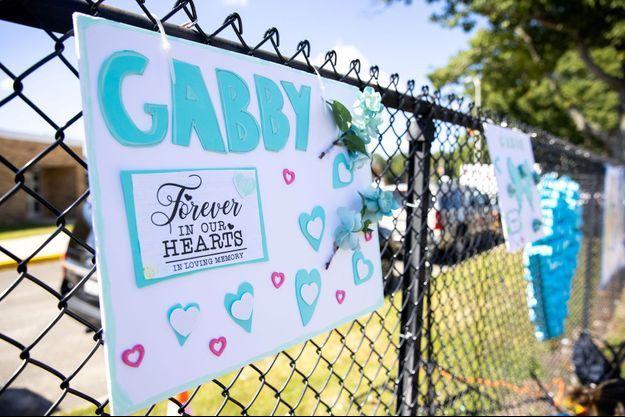 Un panneau sur lequel un hommage est rendu à Gabby a été accroché lors des obsèques de la victime, à Holbrook, fin septembre.