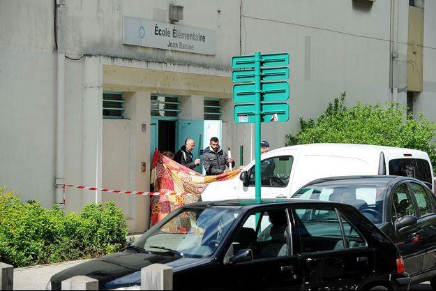 La fusillade a éclaté sur un trottoir devant une école.