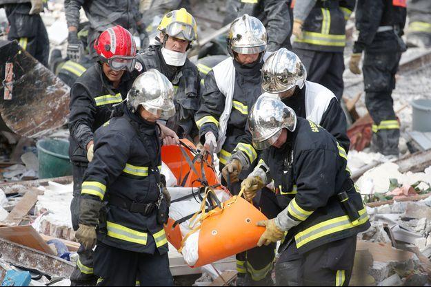 Les sauveteurs sortent les victimes des décombres à Rosny-sous-Bois.