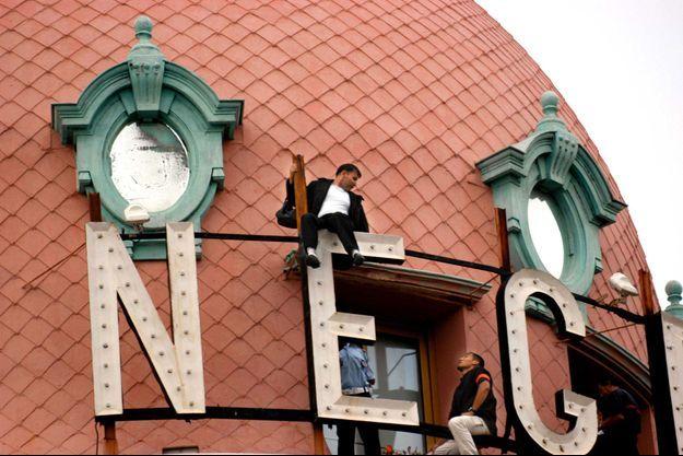 Hervé Couasnon lors d'un de ses coups d'éclat en 2003 sur le toit de l'hôtel le Negresco, à Nice.