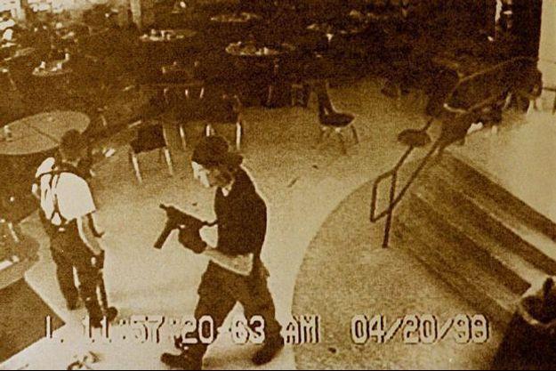 Les tueurs de Columbine dans la cafétéria de leur lycée.