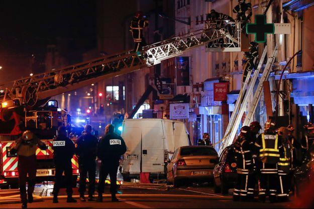 Les pompiers intervenant samedi soir sur l'immeuble situé route de Vienne, dans le 8e arrondissement de Lyon.