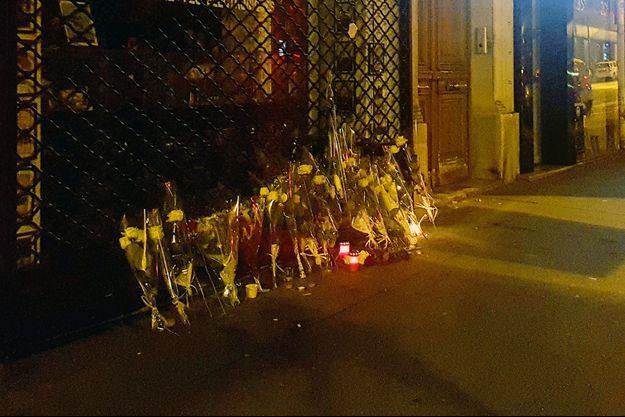 A l'endroit où a été tué l'adolescent, les habitants du quartier sont venus déposer des fleurs et des bougies.