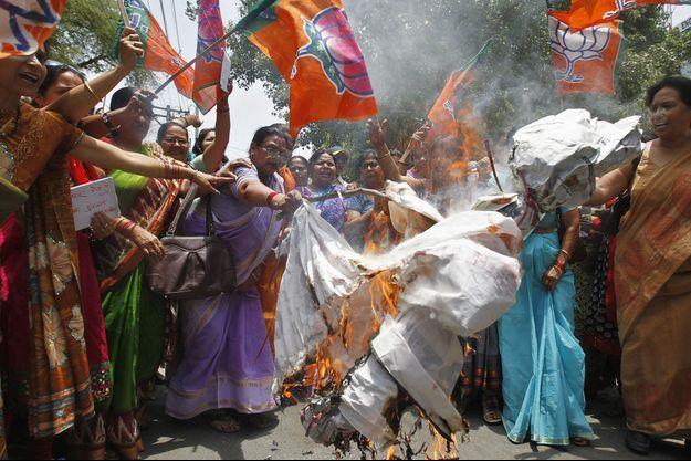 La mort des adolescentes a provoqué des manifestations à Allahabad, devant la résidence du gouverneur de l'Uttar Pradesh.