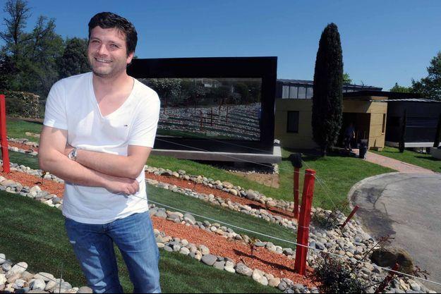 Yannick Delpech devant le restaurant L'Amphitryon.
