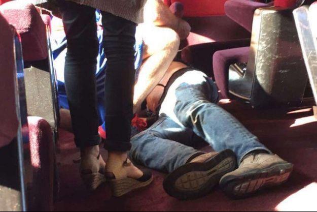 L'un des blessés de l'attaque du Thalys, à terre, vendredi dernier.