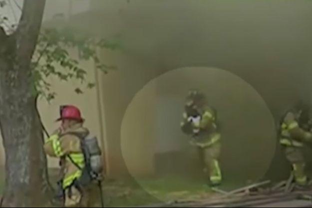 Le pompier a été filmé sauvant un bébé.