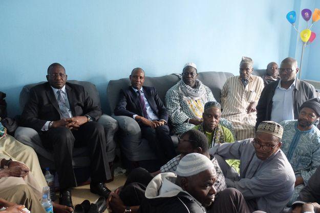 L'heure est au recueillement dans la communauté sénégalaise de Paris (à gauche, l'ambassadeur du Sénégal en France Bassirou Sene).