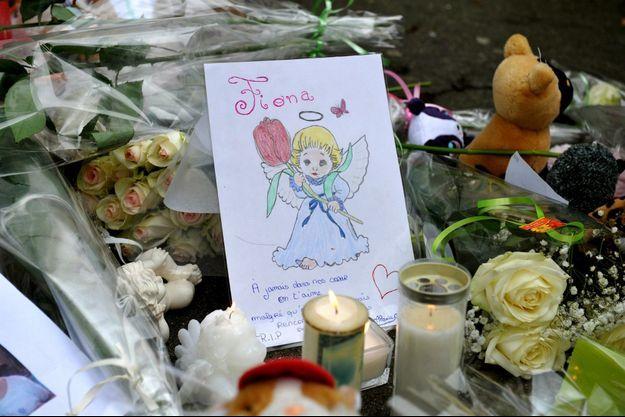 Un dessin déposé, parmi les fleurs et autres bougies, devant l'ancien domicile de la famille Bourgeon.