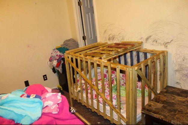 Les enfants étaient enfermés dans des cages comme celle-ci.