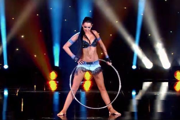 """Alla Klyshta sur la scène du """"Plus Grand Cabaret du monde""""."""