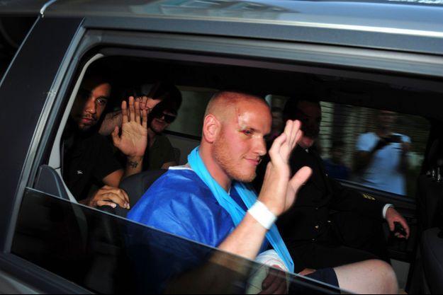 Spencer Stone, à sa sortie de l'hôpital, samedi soir à Lille. On le voit accompagné d'Anthony Sandler et Alek Skarlatos, à l'arrière du véhicule.