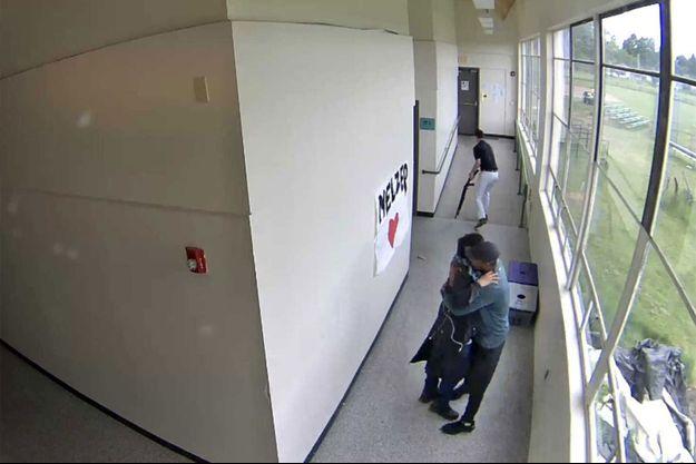 Le coach enlace l'élève, armé quelques minutes plus tôt.