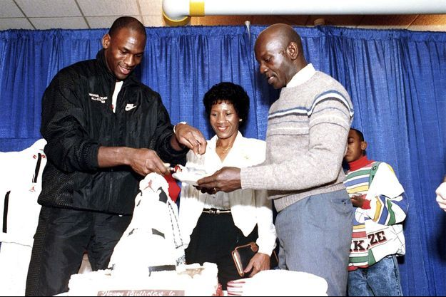 Michael Jordan, son père James et sa mère Doloris en 1989.