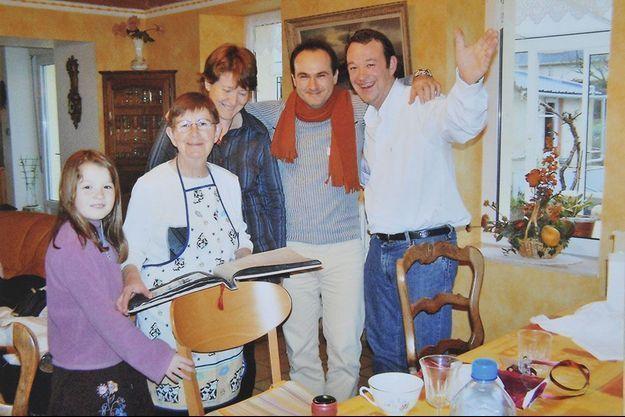Hubert Caouissin tient par le cou Pascal et Brigitte Troadec, ses 2 victimes, aux côtés de Renée Troadec, sa belle-mère et de sa nièce et victime, Charlotte Troadec.