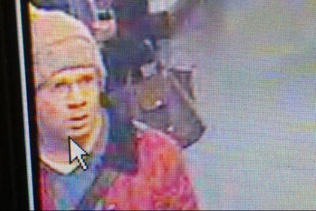 Le suspect filmé par des caméras de surveillance.