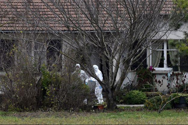 Les scientifiques devant la maison où une femme de 80 ans a été assassiné par le suspect présum, à Chabeuil.