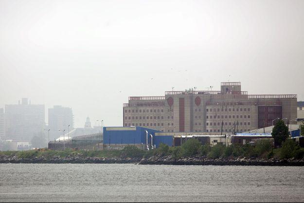 La prison de Rikers Island, où des détenus ont sauvé une garde d'un viol, est située dans l'Etat de New York).
