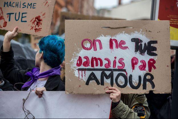 Des affiches tenues lors d'une manifestation contre les violences faites aux femmes en 2019 en France. Image d'illustration.