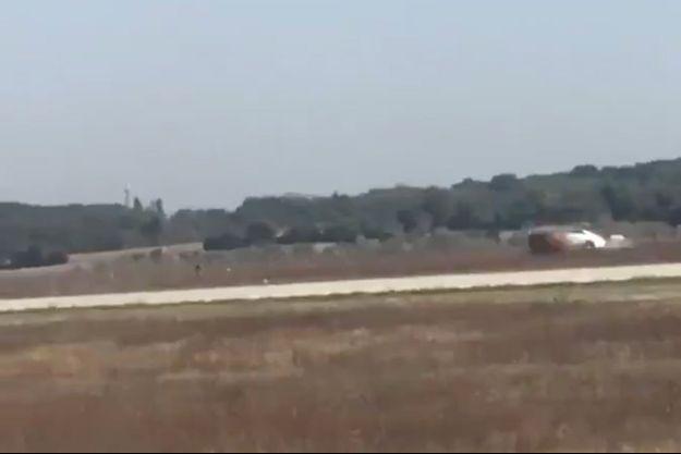 La voiture a foncé sur les pistes de l'aéroport.