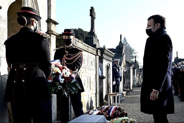 Emmanuel Macron se recueillant sur la tombe de François Mitterrand à Jarnac, à l'occasion des 25 ans de la disparition de l'ancien président, le 8 janvier 2021.