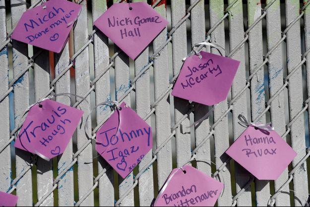 Les noms de certaines victimes ont été accrochés sur les lieux du drame.