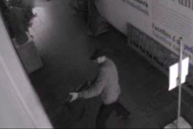 Samedi 24 mai, à 15 h 50, le tueur, enregistré par une caméra de surveillance, se tient dans le hall d'entrée du Musée juif de Bruxelles. Entre ses mains, un fusil d'assaut de type kalachnikov.