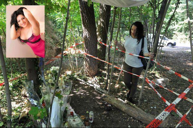 Sandra se recueille à l'endroit où Vanesa, en médaillon, sa meilleure amie, a été assassinée,
